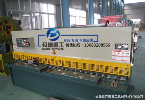 液压摆式剪板机是通过采用主油缸(固定在墙板上)做向下剪切运动,氮气